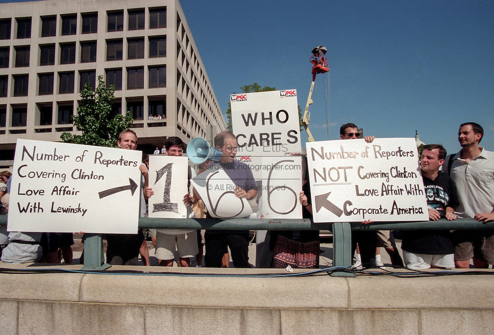 Protesters gather outside the Federal Courthouse August 6, 1998 in Washington, DC.Kenneth Starr's grand jury investigating an alleged presidential affair continues to hear from witness Linda Tripp.