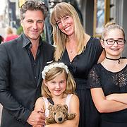 NLD/Amsterdam/20170823 - Premiere Grootste Zwanenmeer ter wereld, Frederik Brom, partner Nienke Römer en kinderen Nele en Rosa