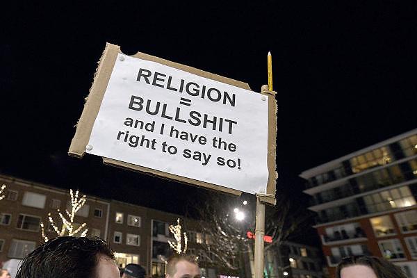Nederland, Nijmegen, 8-1-2015 In Nijmegen werd een herdenkings en protest bijeenkomst gehouden n.a.v. de moordpartij op het tijdschrift Charlie Hebdo in Parijs gisteren. een daad van moslimextremisten. Er waren enkele honderden mensen en burgemeester Bruls hield een korte toespraak waarna een minuut stilte in acht werd genomen. FOTO: FLIP FRANSSEN/ HOLLANDSE HOOGTE