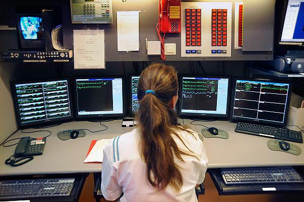 Nederland, Nijmegen, 29-8-2008Een verpleegkundige zit op de centrale post van de hartbewaking van het umc radboud. Via monitoren wordt de toestand van de patienten in de gaten gehouden.Foto: Flip Franssen