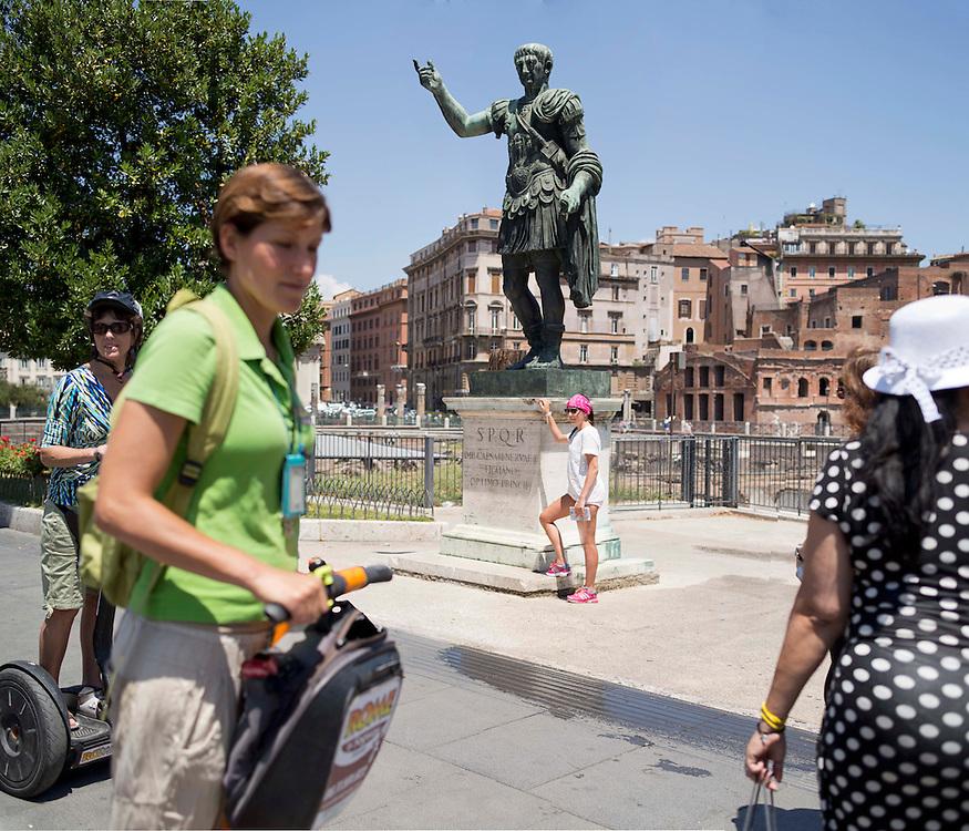 Turisti si fotografano davanti all'Imperatore Cesare Augusto sui fori imperiali,<br /> Tourists photographing in front of the emperor Caesar Augustus the Imperial Forum,