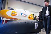 Jan Bos bekijkt de in leer ingepakte mock-up van de nieuwe recordfiets Velox2, op de tafel staat de Velox van vorig jaar. In Delft presenteert het Human Power Team Delft, bestaande uit studenten van de TU Delft en de VU Amsterdam, het model van de nieuwe fiets waarmee ze het wereldrecord van 133 km/h willen verbreken. Oud-kampioen schaatsen Jan Bos is een van de renners.<br /> <br /> The Human Powered Team Delft, a team of students of the TU Delft and the VU Amsterdam, are presenting the model of their new bike. With the Velox2 they want to break the world pace record of 133 km/h per bike.