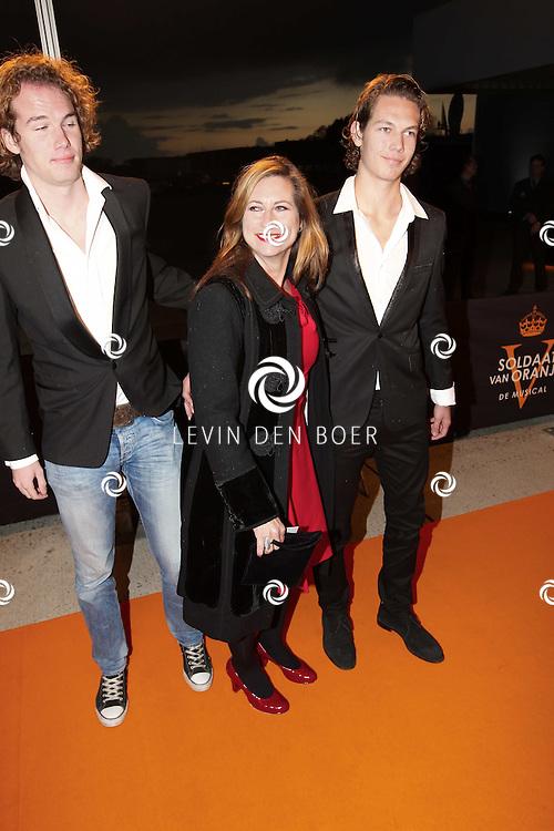 KATWIJK - Carine Crutzen en haar zonen zaterdag op de oranje loper van de galapremiere van Soldaat van Oranje - de Musical in de Theater Hangaar op de oude vliegbasis Valkenburg bij Katwijk. FOTO ANP LEVIN DEN BOER - FPLDBP