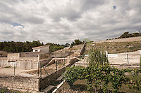 """Cava nel comune di andria, situata sul versante opposto della pineta di castel del momte, comunemente chiamata """"cava rossa"""". E' costeggiata da una strada tortuosa. All'interno del perimetro della cava ci sono una serie di costruzioni abitative, adibite ad alloggi ed uffici dati in uso alla regione Puglia""""ARIF""""<br /> <br /> Questo sito, sulla strada tra Andria e Spinazzola in localita' Murgetta Rossa-Senarico a due passi dal castello normanno-svevo del Garagnone e dalla zona di Grotteline (sito archeologico dell'era Neolitica risalente al 7000 a. C) fu luogo di un' importantissima attività  di estrazione della  bauxite, roccia dalla quale è possibile estrarre alluminio  (nelle bauxiti rosse di Spinazzola è presente una percentuale di ossido di alluminio pari al 70,75%). Negli anni compresi tra il 1950 e il 1978  quest'attività rappresentò una importantissima fonte di guadagno per l'economia Pugliese, i materiali grezzi, infatti, venivano estratti, caricati su camion, portati a  Trani e imbarcati per Porto Marghera dove si trovavano le industrie che avrebbero lavorato il prodotto. <br /> Dai primi anni '80,  l'attività di estrazione della bouxite pugliese diminuì a causa della forte concorrenza di materiale proveniente dall' Africa, più puro e estraibile con costi inferiori; avvenne quindi che le cave di Spinazzola furono  chiuse … ma non riempite …<br /> Oggi resta un suggestivo scenario dai colori surreali."""