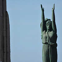 Ce monument est d&eacute;di&eacute; aux hommes de l'arm&eacute;e d'Orient et des terres lointaines de la Premi&egrave;re Guerre mondiale, d&eacute;nomm&eacute;e &quot;la Porte d'Orient&quot;, cet arc tourn&eacute; vers la mer est situ&eacute;e &agrave; Marseille, sur la Corniche Pr&eacute;sident John Kennedy.<br /> Il a &eacute;t&eacute; &eacute;difi&eacute; d'apr&egrave;s les plans de l'architecte Gaston Castel et inaugur&eacute; le 24 avril 1927