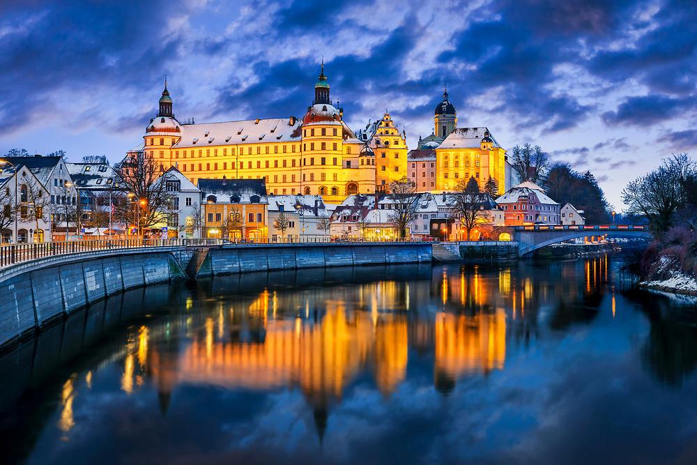 Residenzschloss in Neuburg an der Donau ist schon tagsüber ein toller Anblick. Wenn es dann abends in Beleuchtung zu sehen ist, wird es in eine bezaubernde Atmosphäre gehüllt.