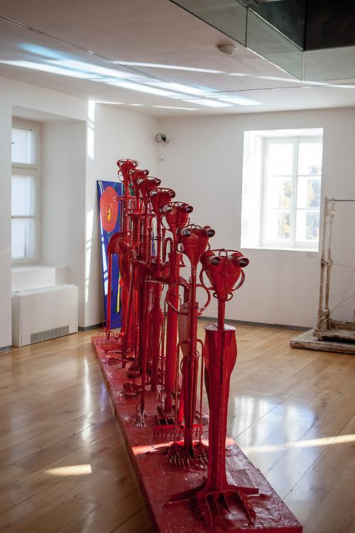 Exponate im Ausstellungsbereich des Kampa Museums. Installation des Künstlers Karel Nepras.