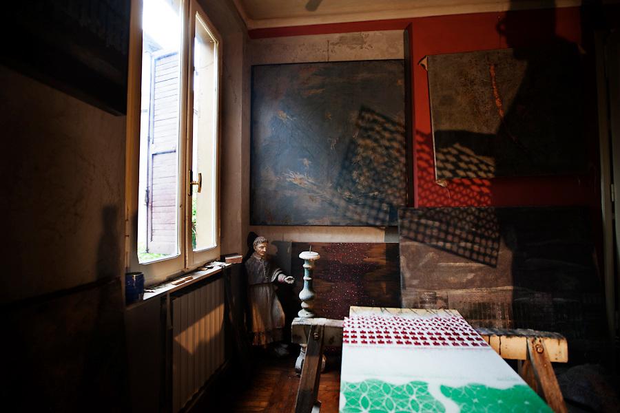 Fabio Iemmi, a local artist, makes a spontaneous art performance with pigments and stencils to create the Italian Tricolore. He also wrote this poem inspired by the flag:<br /> <br /> oggi abbiamo tolto la polvere elegante, ma polvere fragile, dalla bandiera<br /> ritornati alla genesi<br /> bandiera delabr&eacute;, voluta, sofferta, risorgimentale e di oggi<br /> qualit&agrave; chiama il nostro vessillo, altre bellezze, altro che la decori...<br /> <br /> Today we removed the elegant dust, but fragile dust, the flag<br /> back to the genesis<br /> flag in disrepair, wanted, suffered, and now the Risorgimento<br /> quality call our banner, other beauties, other than the decorations
