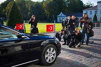 DEU, Deutschland, Germany, Berlin, 28.09.2018: Fotografen fotografieren das Auto des Präsidenten der Türkei, Recep Tayyip Erdogan, vor dem Schloss Bellevue.