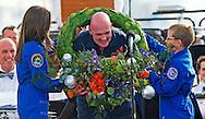 Astronaut André Kuipers is donderdag onder luid gejoel en geklap verwelkomd op het strand van Noordwijk. Veel mensen, onder wie prins Willem-Alexander en premier Mark Rutte, stonden de Nederlander op te wachten. Op de boulevard van Noordwijk wordt hij gehuldigd voor zijn ruimtereis.