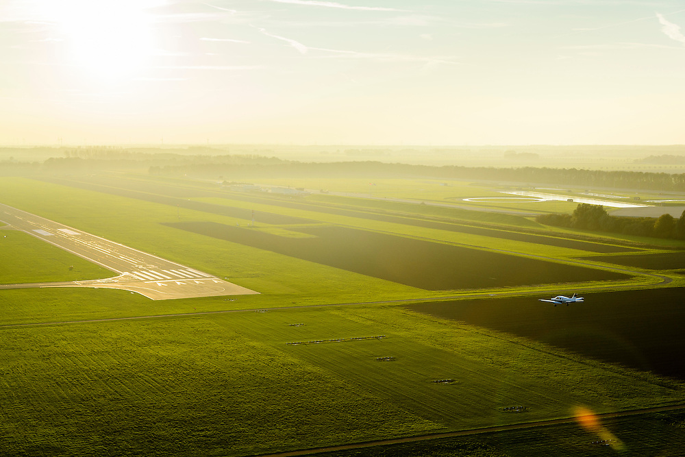 Nederland, Flevoland. Lelystad, 28-10-2014; vleigtuigje van het type Piper Warrior landt op vliegveld Leleystad.<br /> Piper Warrior light aircraft landing on Lelystad airport.<br /> luchtfoto (toeslag op standard tarieven); aerial photo (additional fee required); copyright foto/photo Siebe Swart