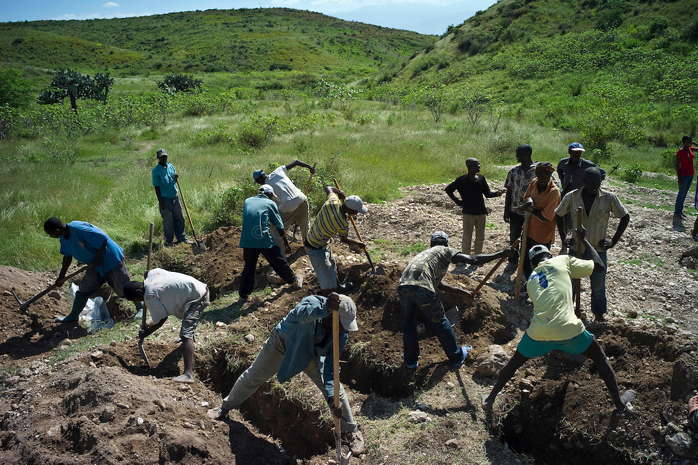 """Ten days before the presidential elections, Port-au-Prince continues to be affected by the cholera epidemic, the number of victims still increasing in the capital./// Employees from the NGO """"St Paul"""" bury victims of cholera, in the countryside, a few kilometers from Port-au-Prince."""