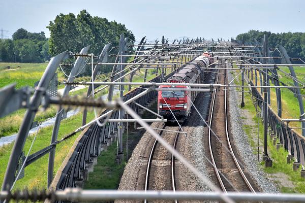 Nederland, Bemmel, 21-6-2018Een goederentrein rijdt over de betuwelijn naar Duitsland .De locomotief is van de DB, Deutsche Bahn, de duitse spoorwegen .Foto: Flip Franssen