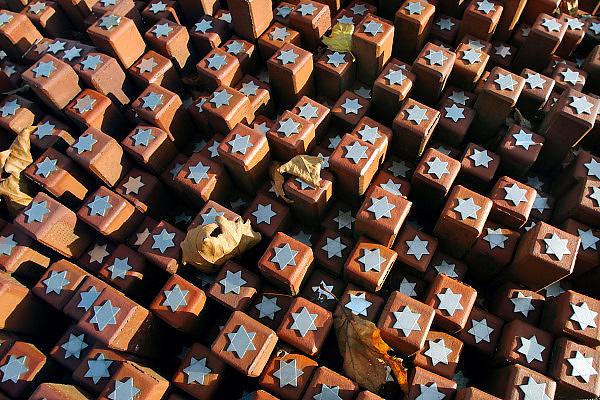 Nederland, Westerbork, 27-10-2012Herinneringscentrum, nationaal monument kamp Westerbork bij Hooghalen. Rode stenen symboliseren de 102.000 mensen die er gevangen hebben gezeten in de 2e, tweede wereldoorlog. Van hier werden de joden, Roma, Sinti, zigeuners, gevangenen op transport gezet en per trein naar de vernietigingskampen, concentratiekampen, van de Duitsers vervoerd. Het Vredespaleis  in Den Haag en herinneringscentrum Kamp Westerbork krijgen het Europees Erfgoed label. Foto: Flip Franssen/Hollandse Hoogte