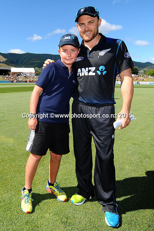 Brendon McCullum with the ANZ Coin toss winner. Match 4 of the ANZ One Day International Cricket Series between New Zealand Black Caps and Sri Lanka at Saxton Oval, Nelson, New Zealand. Tuesday 20 January 2015. Copyright Photo: Chris Symes/www.Photosport.co.nz