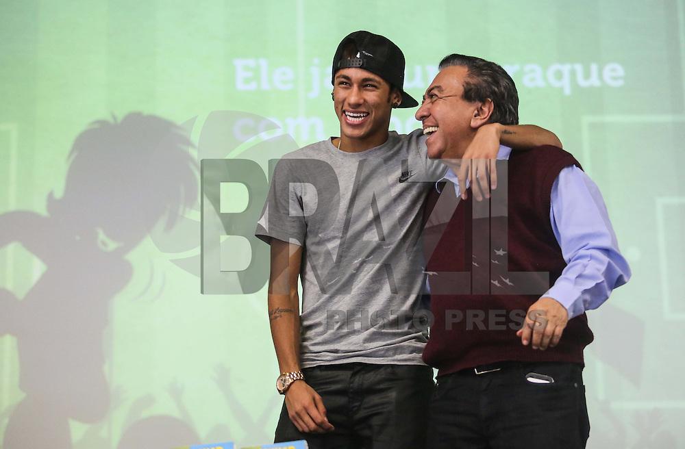 SANTOS, SP, 18 ABRIL 2013 - COLETIVA NEYMAR - O jogador do Santos Neymar (E) e o cartunista Mauricio de Souza durante coletiva de imprensa sobre o lançamento do personagemNeymarJr., produzido pelaMauriciode Sousa Produções, na sede do Santos Futebol Clube no litoral sul paulista, na manhã desta quinta-feira, 18. (FOTO: WILLIAM VOLCOV / BRAZIL PHOTO PRESS).