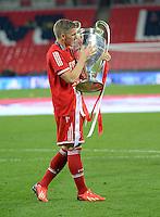 FUSSBALL  CHAMPIONS LEAGUE  SAISON 2012/2013  FINALE  Borussia Dortmund - FC Bayern Muenchen         25.05.2013 Champions League Sieger 2013 FC Bayern Muenchen:Bastian Schweinsteiger (FC Bayern Muenchen)  jubelt mit den Pokal