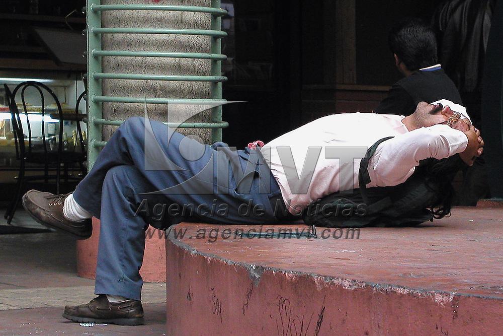 Toluca, M&eacute;x.- Tomando un descanso al finalizar la jornada diaria en la plaza Gonzalez Arratia de esta ciudad. Agencia MVT / Miguel A. Vazquez. (DIGITAL)<br /> <br /> NO ARCHIVAR - NO ARCHIVE