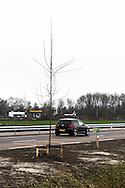 Aanleg Noordwestelijke Invalsweg Leeuwarden. Harlingerstraatweg, aanplant nieuwe bomen. Afgebeeld hectometerpaal met opschrift N383, Li, 2,2.