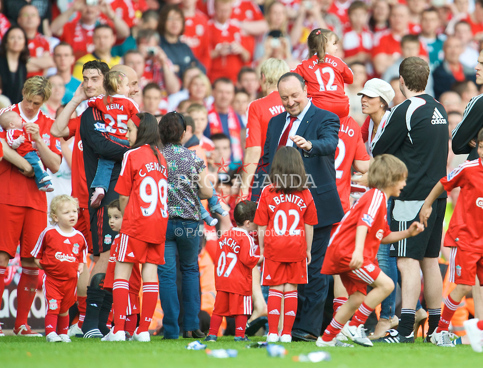 LIVERPOOL, ENGLAND - Sunday, May 24, 2009: Liverpool's manager Rafael Benitez with his daughter Agatha as the players and staff go on a lap of honour after the final Premiership match of the season at Anfield. (Photo by: David Rawcliffe/Propaganda)