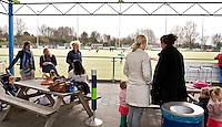 MAASSLUIS - Moeders langs de lijn op woensdagmiddag.  Hockeyclub Evergreen, een kleine vriendelijke laagdrempellige hockeyclub. , FOTO KOEN SUYK