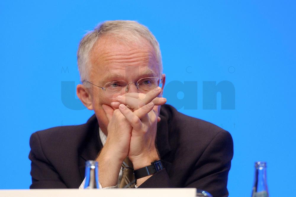 11 NOV 2002, HANNOVER/GERMANY:<br /> Juergen Ruettgers, CDU Landesvors. NRW, faltet die Haende, CDU Bundesparteitag, Hannover Messe<br /> IMAGE: 20021111-01-020<br /> KEYWORDS: Parteitag, party congress, J&uuml;rgen R&uuml;ttgers, H&auml;nde