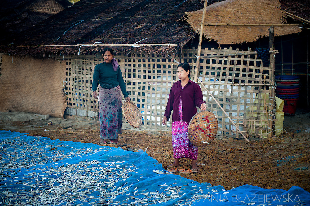 Myanmar, Ngapali. Work in Ngapali fishing village.<br />