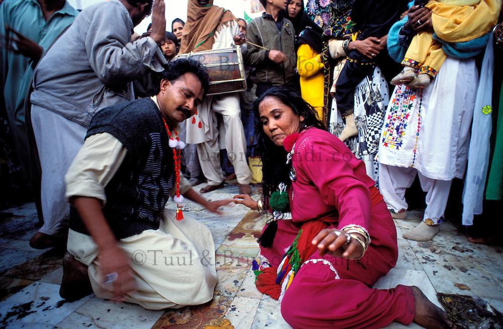 Pakistan - La fête des soufis - Province du Sind - Sehwan e Sharif - Tombe du saint soufi Lal Shabaz Qalandar - Fête de l'anniversaire de sa mort (Urs) - Scene de danse et de transe entre deux pélerins homme et femme. // Pakistan, Sind province, Sehwan e Sharif, Sufi saint Lal Shabaz Qalandar shrine, annual Urs festival