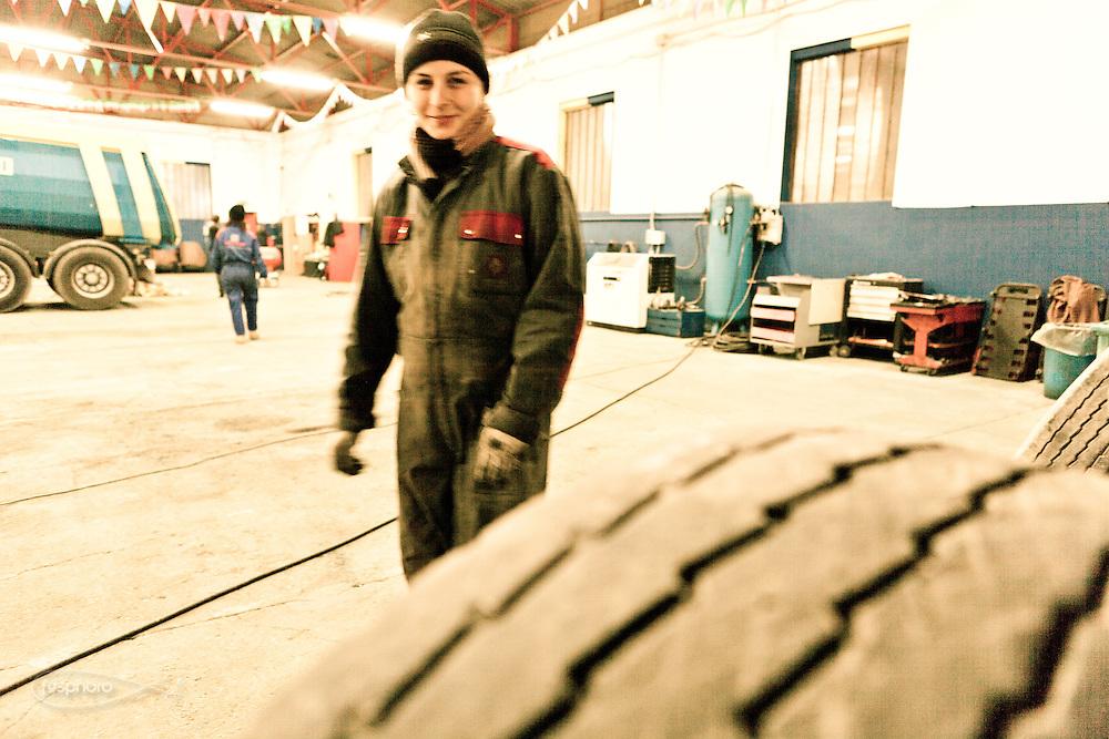 Verona - La scuderia di Juska conta altre due autiste e due donne meccanico che si occupano con competenza e precisione della manutenzione dei mezzi.