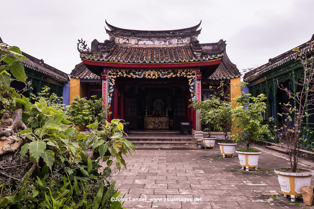 Trung Hoa Assembly Hall beside Phuoc Kien Pagoda.  It was once called Duong Thuong Assembly Hall built in the 15th century and one of the oldest assembly halls in Hoi An. It was the home of Chinese immigrants and dedicated to Thien Hau the Holy Mother. It was given several names: Trung Hoa Assembly Hall, Chinese Public School, Le Nghia School and finally Trung Hoa Assembly Hall.  Besides its devotion to Thien Hau Holy Mother, it is also dedicated to Confucius, Sen Yat Sen.