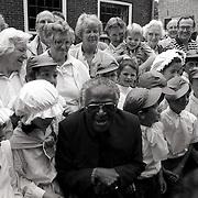 NLD/Soest/19900618 - Bisschop Desmond Tutu van Zuid Afrika opent de gelijknamige school in Soest
