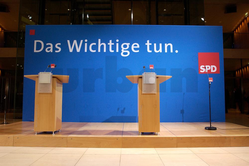 07 FEB 2004, BERLIN/GERMANY:<br /> Leeres Podest mit Rednerpulten und Mikrofonen, vor Beginn der Pressekonferenz zu den Ergebnissen der Sondesitzung des SPD Praesidiums und Parteivorstandes nach der Bekanntgabe des Ruecktritts des Parteivorsitzenden, Willy-Brandt-Haus<br /> IMAGE: 20040207-01-020<br /> KEYWORDS: R&uuml;cktritt