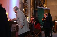 Mannheim. 11.03.17   BILD- ID 023  <br /> Innenstadt. Marktplatz. Marktplatzkirche St. Sebastian. Stay &amp; Pray. <br /> Im M&auml;rz startet mit &bdquo;Stay &amp; Pray&ldquo; in der Mannheimer Marktplatzkirche St. Sebastian ein neues Gottesdienstformat in der Quadratestadt. Dieses offene spirituelle Angebot soll Menschen viermal im Jahr  jeweils samstagabends die M&ouml;glichkeit geben, Kirche einmal anders zu erleben. Die Besucher bestimmen, ob sie sich eine kurze oder auch l&auml;ngere Auszeit g&ouml;nnen &ndash; frei nach der biblischen Aufforderung &bdquo;Stay &amp; Pray &ndash; Wachet und betet.&ldquo; (Matth&auml;us 26,41). <br /> <br /> Der &bdquo;Stay &amp; Pray&ldquo;-Abend beginnt mit der Messe in St. Sebastian um 17 Uhr. Anschlie&szlig;end steht die Kirche bis 22 Uhr offen. Zum Abschluss gibt es ein Nachtgebet &ndash; die Komplet &ndash; mit eucharistischem Segen. <br /> <br /> Bild: Markus Prosswitz 11MAR17 / masterpress (Bild ist honorarpflichtig - No Model Release!)