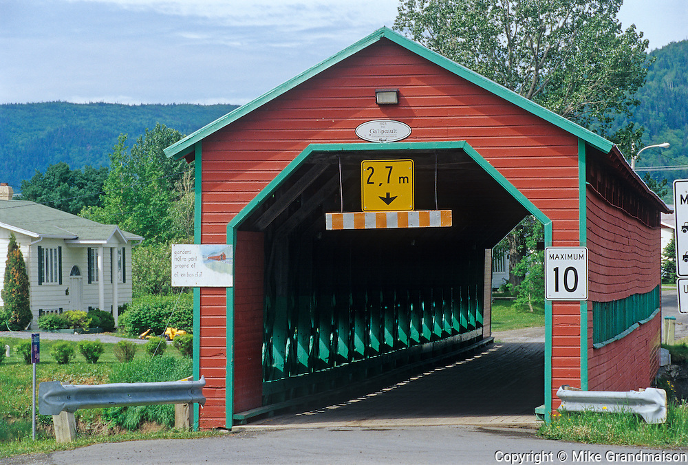 Pont Galipeault - covered bridge - crossing the Rivière de la Grande-Vallée<br /> Grande-Vallée<br /> Quebec<br /> Canada