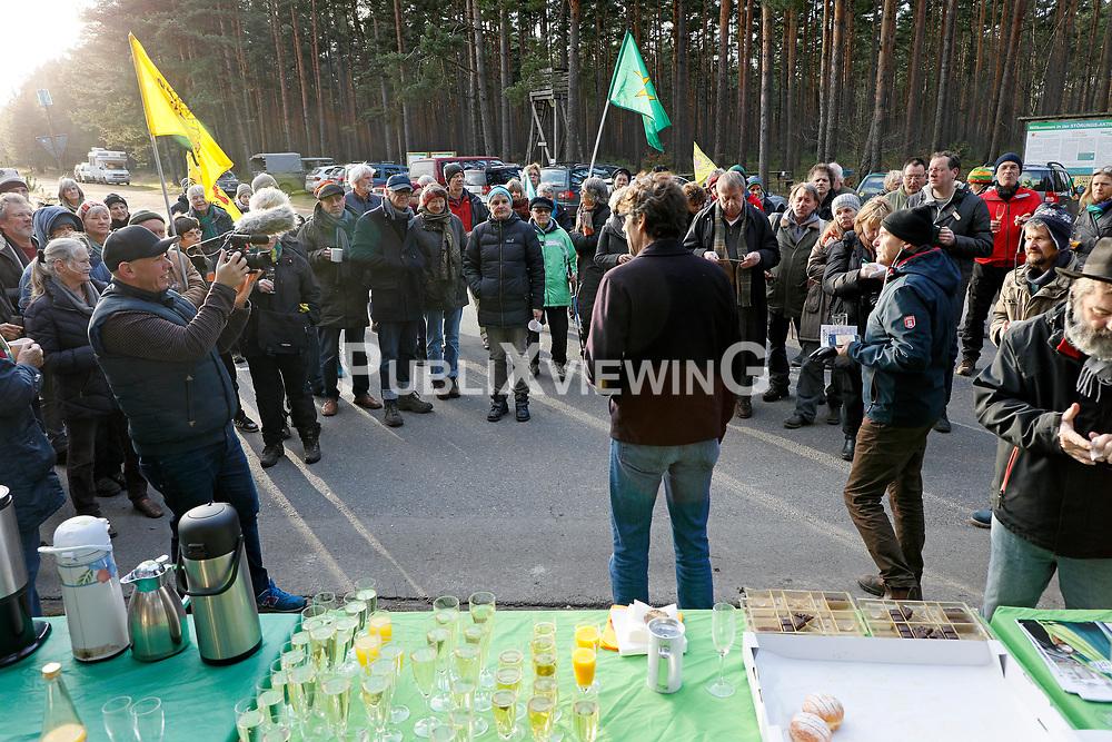 Etwa 100 Personen begr&uuml;&szlig;en am Neujahrstag das Widerstandsjahr 2018 bei einem Sektempfang der B&uuml;rgerinitiative L&uuml;chow-Dannenberg an den Atomanlagen in Gorleben.<br /> <br /> Ort: Gorleben<br /> Copyright: Andreas Conradt<br /> Quelle: PubliXviewinG