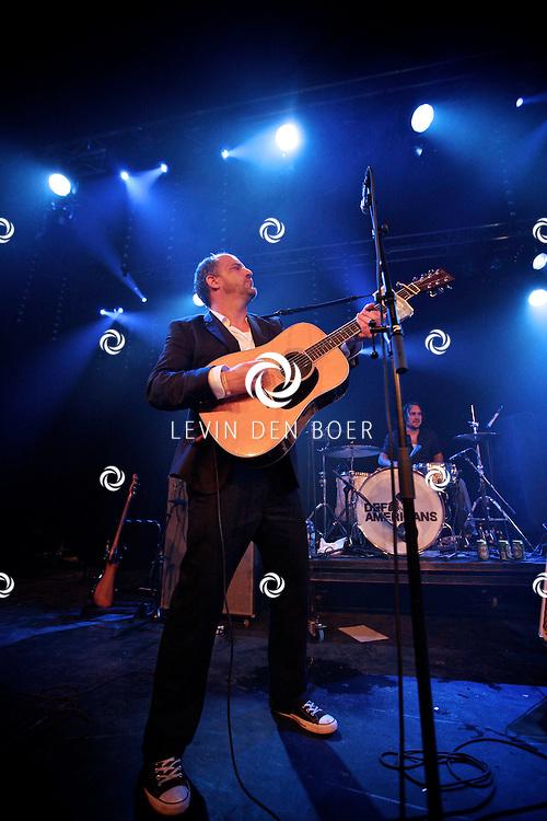 SCHIJNDEL - Tijdens paaspop speelden de Johnny Cash tribute band van Nederland genaamd Def Americans de zaal plat. Met op de foto de zanger Elco Weitering. FOTO LEVIN DEN BOER - PERSFOTO.NU