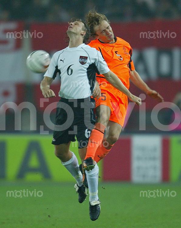 FUSSBALL EM Qualifikation 2004 Gruppe 3 Oesterreich 0-3 Niederlande Markus Schopp (AUT,li ) gegen Boudewijn Zenden (NED)