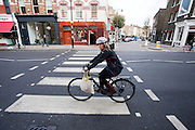 Een fietser rijdt in de Londense wijk Islington.<br /> <br /> A cyclist at the London district Islington.