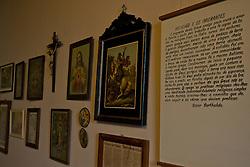 O Museu do Imigrante foi criado em dezembro de 1974. O pr&eacute;dio quase centen&aacute;rio que o abriga &eacute;, por si s&oacute;, uma certid&atilde;o da hist&oacute;ria de Bento Gon&ccedil;alves, pois foi sede da Esta&ccedil;&atilde;o de Sericilultura (cria&ccedil;&atilde;o do bicho da seda), Escola Agr&iacute;cola e Zoot&eacute;cnica, anexo do Hotel de Veraneio Planalto, resid&ecirc;ncia e, finalmente em 1975, MUSEU.<br /> No primeiro andar voc&ecirc; encontra: Sala de Gaitas, Artes e Of&iacute;cios e Artes Sacra, c&oacute;pias de documentos e fotografias e a r&eacute;plica da Loba Romana, s&iacute;mbolo da vers&atilde;o lend&aacute;ria da funda&ccedil;&atilde;o de Roma, um presente do Governo Italiano, no Centen&aacute;rio da Imigra&ccedil;&atilde;o Italiana, em 1975. No segundo andar o cotidiano &eacute; resgatado (Salas do Vinho, Trabalho, na Cozinha e Quarto) em pe&ccedil;as do vestu&aacute;rio, lumin&aacute;rias, lou&ccedil;as e objetos pessoais doados. FOTO: Lucas Uebel/Preview.com