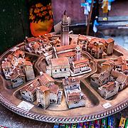 Rovinj 2015 07 09 Kroatien<br /> Gamla stan i Rovinj<br /> Tr&aring;nga gr&auml;nder och souvenir shoppar<br /> miniatyr &ouml;ver gamla stan<br /> ----<br /> FOTO : JOACHIM NYWALL KOD 0708840825_1<br /> COPYRIGHT JOACHIM NYWALL<br /> <br /> ***BETALBILD***<br /> Redovisas till <br /> NYWALL MEDIA AB<br /> Strandgatan 30<br /> 461 31 Trollh&auml;ttan<br /> Prislista enl BLF , om inget annat avtalas.