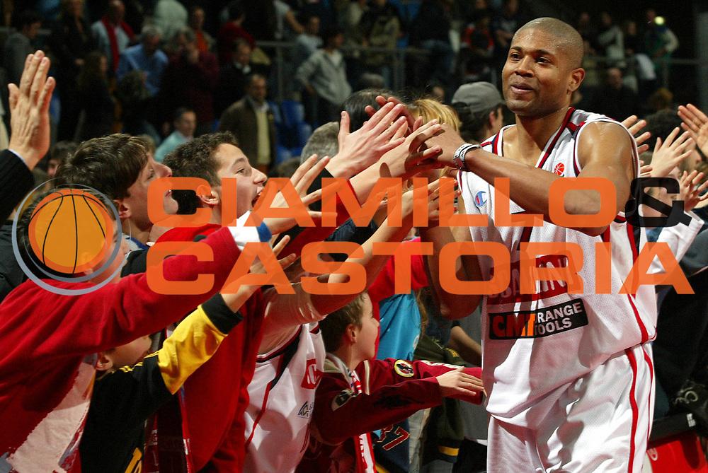 DESCRIZIONE : PESARO EUROLEGA EUROLEAGUE 2004-2005<br />GIOCATORE : SMITH - TIFOSI<br />SQUADRA : SCAVOLINI PESARO<br />EVENTO : EUROLEGA EUROLEAGUE 2004-2005<br />GARA : SCAVOLINI PESARO-REAL MADRID<br />DATA : 17/03/2005<br />CATEGORIA :<br />SPORT : Pallacanestro<br />AUTORE : Agenzia Ciamillo-Castoria/E.Pozzo