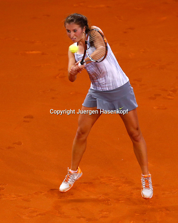 Porsche Grand Prix 2013 in Stuttgart, internationales WTA Damen Tennis Turnier, Porsche Arena,.Annika Beck (GER),Aktion,Einzelbild,Ganzkoerper,Hochformat,.