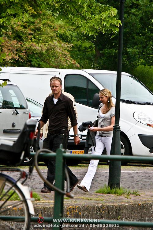 NLD/Naarden/20080527 - Dennis Bergkamp, broer Wim gaat samen met partner Henrietta Ruizendaal bij een makelaar in naarden naar binnen