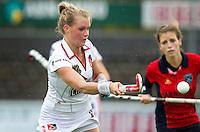 AMSTELVEEN - 14-11-2010 Sophie Polkamp van Amsterdam probeert een hoge bal onder controle te krijgen. Rabo Hoofdklassewedstrijd vrouwen tussen Amsterdam en Laren (2-2). Foto KOEN SUYK