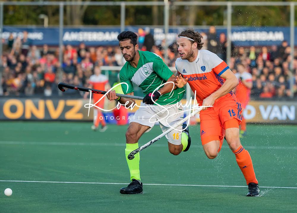AMSTELVEEN - Bob de Voogd (Ned) met Ammad Butt (Pak)   tijdens  de tweede  Olympische kwalificatiewedstrijd hockey mannen ,  Nederland-Pakistan (6-1). Oranje plaatst zich voor de Olympische Spelen 2020.   COPYRIGHT KOEN SUYK