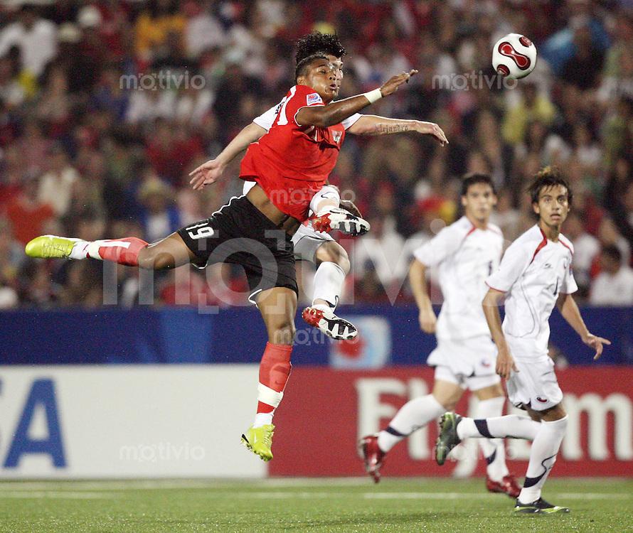 Fussball International U 20 WM  Chile - Oesterreich Rubin OKOTIE (AUT, vorne) gegen Gary MEDEL (CHI).