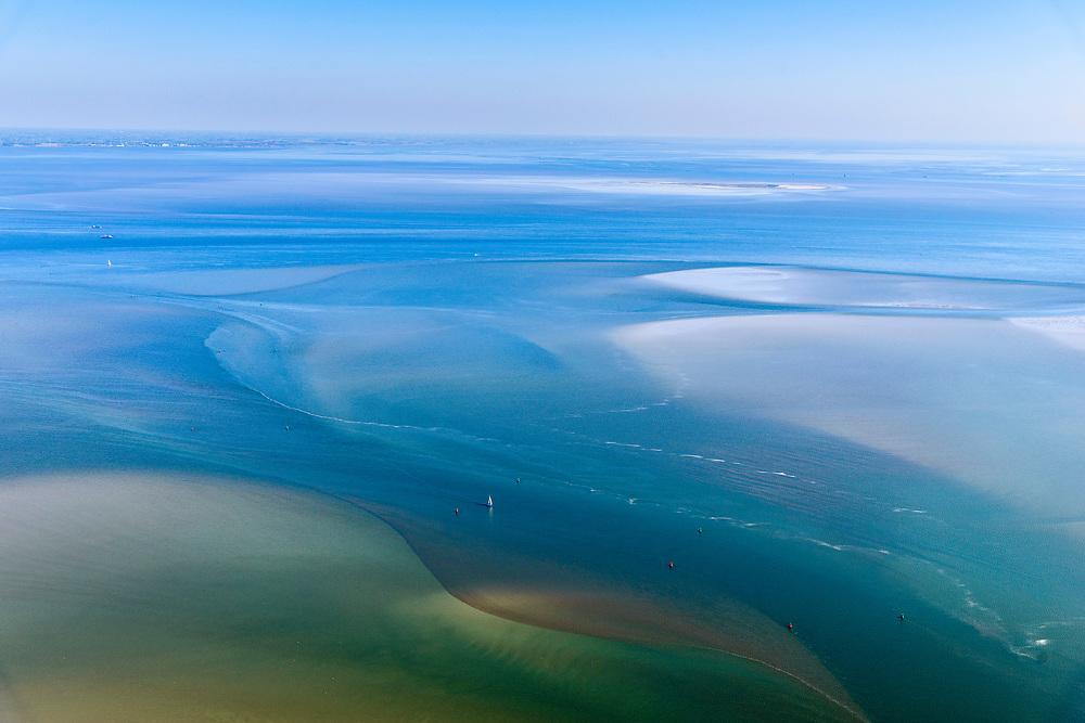 Nederland, Friesland, Terschelling (Skylge), 07-05-2018; West-Terschelling, Schuitengat en Vliestroom, zeegat tussen Vlieland en Terschelling<br /> Estuary between the Wadden Isles Vlieland en Terschelling.<br /> <br /> luchtfoto (toeslag op standaard tarieven);<br /> aerial photo (additional fee required);<br /> copyright foto/photo Siebe Swart