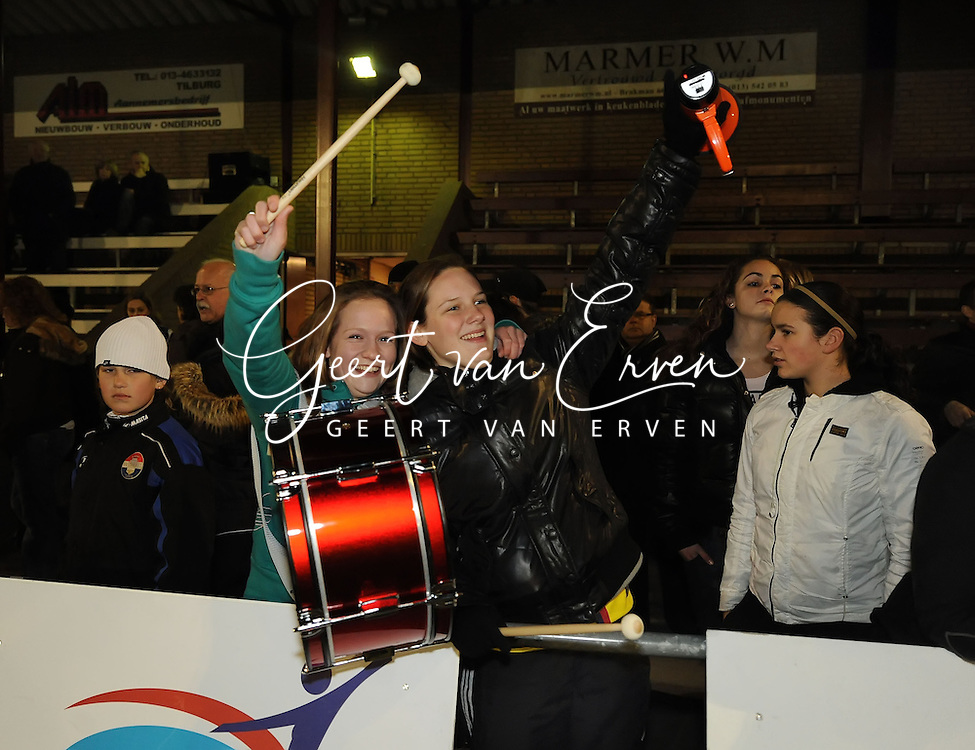 19-03-2009: voetbal:Vrouwen:Willem II:SC Heerenveen:Tilburg<br /> Veel sfeer door supporters van Willem II met vuurwerk en vlaggen en grote trommen. Oud Willem II speelster Marte van de Wouw (L) is enthousiast<br /> Fotograaf: Geert van Erven