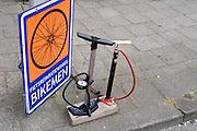 In Utrecht staan twee verschillende fietspompen voor de deur, waar men gratis de fietsband mee mag oppompen.<br /> <br /> In Utrecht a bike repairshop is offering two different pumps to inflate tires for free