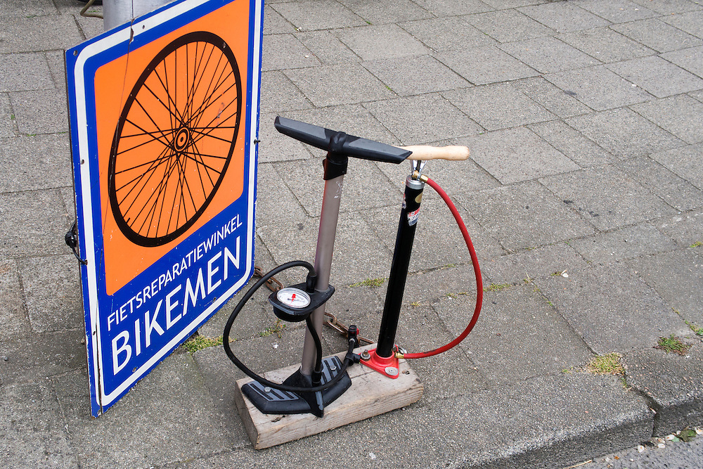 In Utrecht staan twee verschillende fietspompen voor de deur, waar men gratis de fietsband mee mag oppompen.<br /> <br /> In Utrecht a bike repairshop is offering two different pumps to inflate tires for free